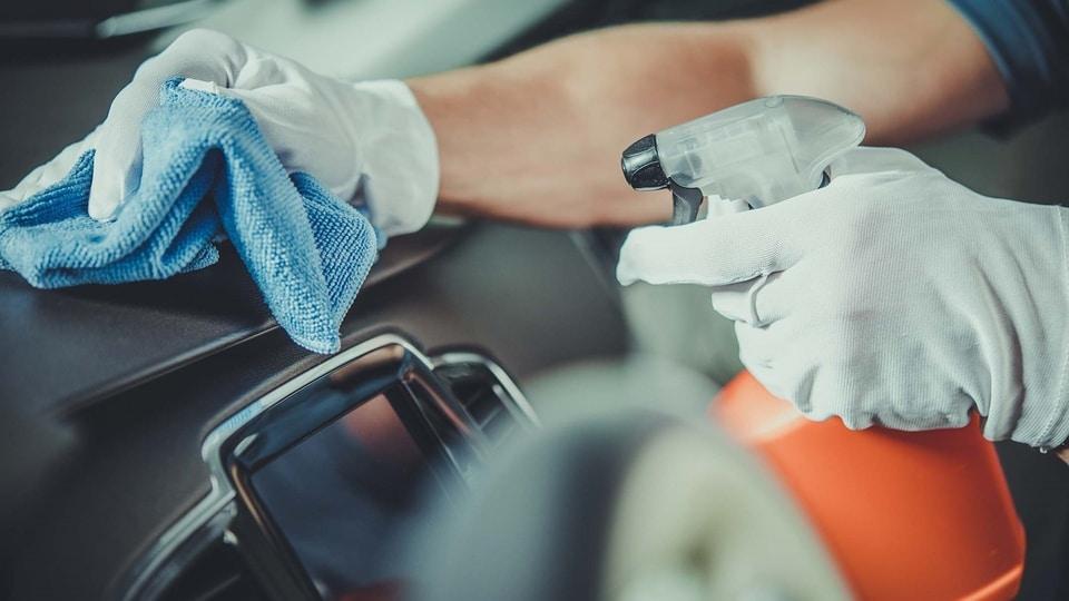 καθαρισμός ταμπλό αυτοκινήτου